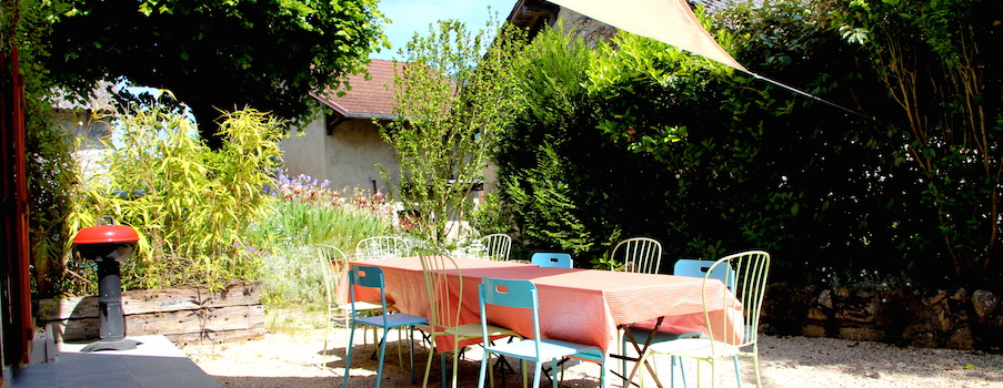 Terrasse sud est du gîte Artist'au Chat***  Terrace  south side of the Holiday cottage Artist'au Chat.